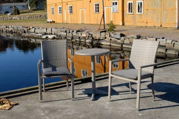 Bilde av Praha sett 2 stablestoler+bord Ø60 cm - gråbeige