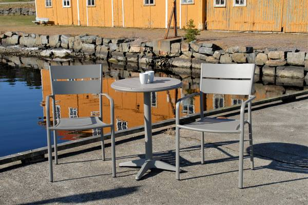 Bilde av Roma sett 2 stablestoler+bord Ø60 cm - betonggrå